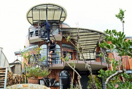 """Nhà nghỉ """"thùng rượu"""" thu hút khách du lịch Đà Lạt"""