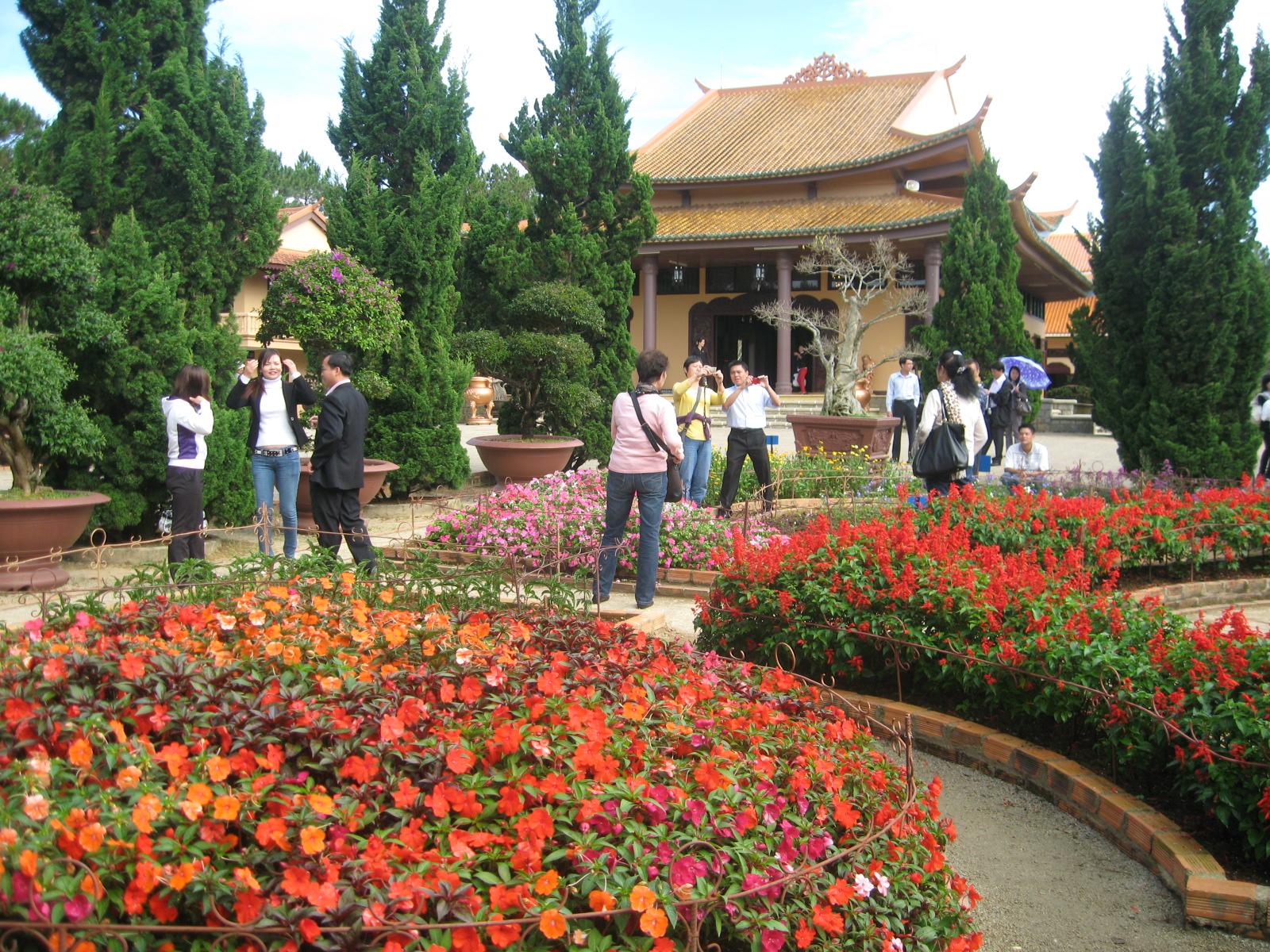 Khu vực vườn hoa với nhiều loài hoa lạ